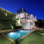 swimming pool of villa for sale in Benahavis