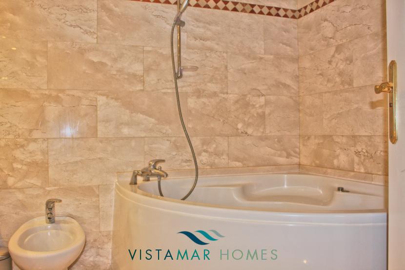 Jacuzzi in main bathroom - VMA011 Magna Marbella apartment
